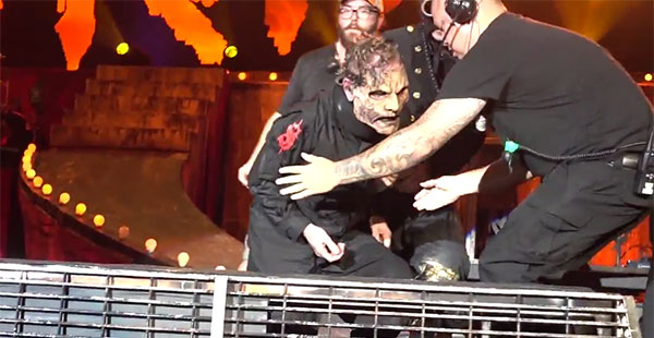 Slipknot_singer_Corey_Taylor_falls_on_stage (1)